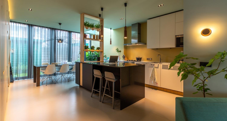 Verbouw-jaren-dertig-huis-in-Utrecht-met-openslaande-deuren-en-kookeiland